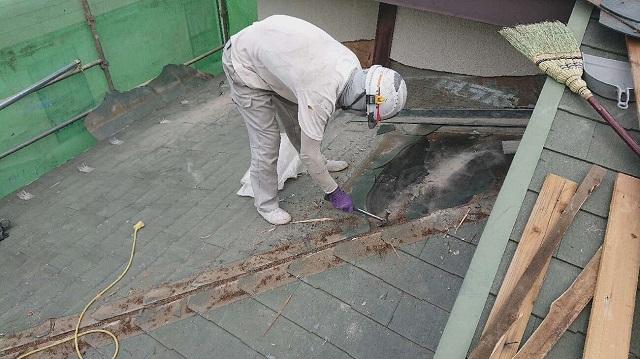 所沢市 若狭 屋根カバー工事 劣化した既存屋根材の剥がし作業