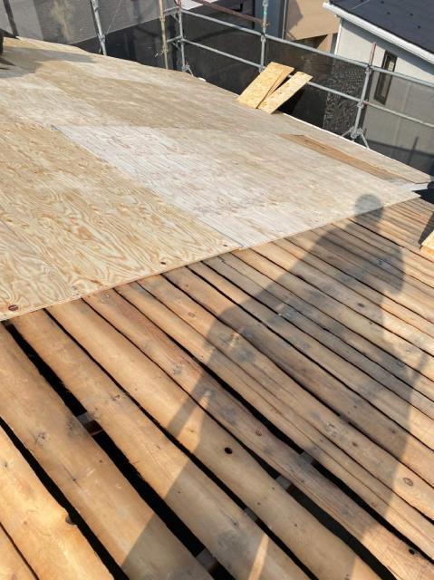 屋根葺き替えで合板増し張り、ルーフラミテクトの下葺き 所沢市