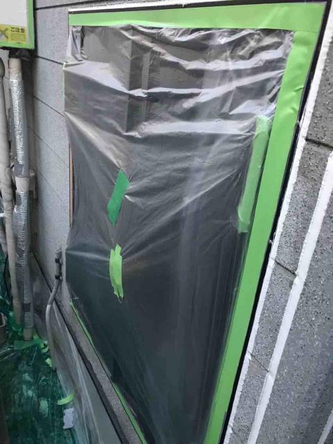 入間市で外壁塗装前の養生作業、耐久性を高める下塗り塗装作業