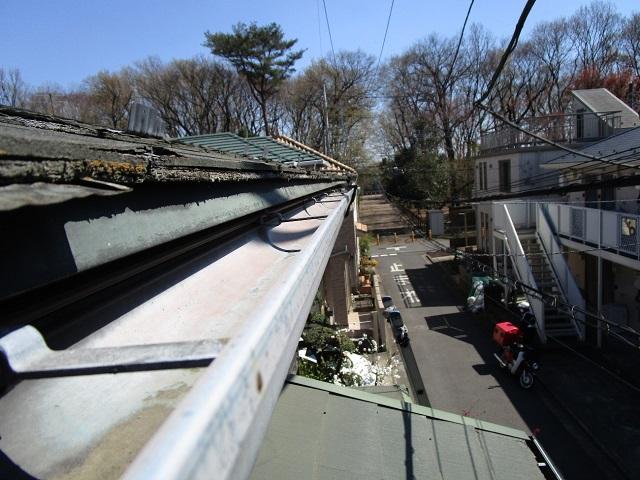 所沢市若狭 屋根葺き替え・カバー工事 現場調査 スレート屋根 雨樋の汚れ、劣化