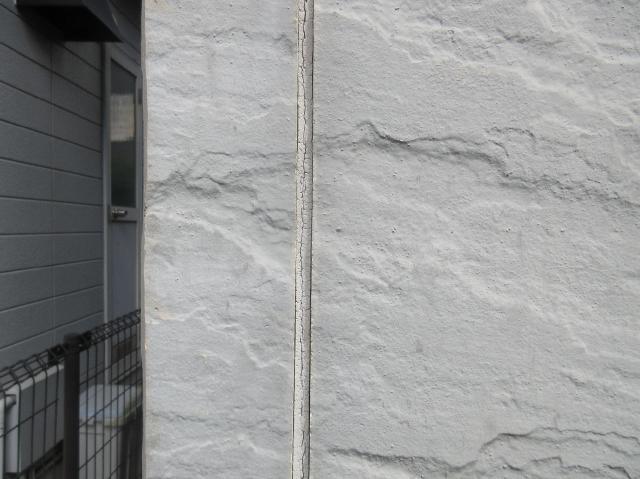 入間市で劣化し傷んだ外壁コーキング材の打ち替え工事