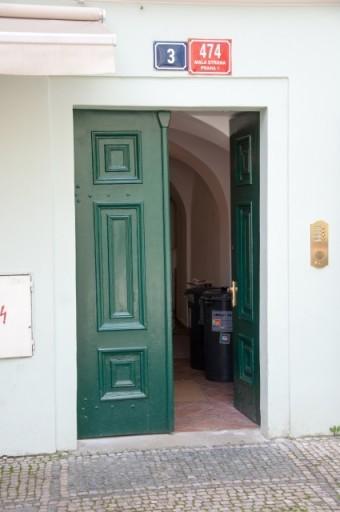 海外の内開きドア
