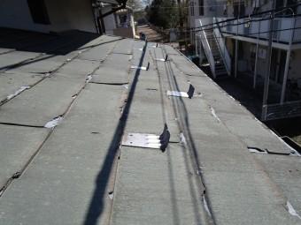 所沢市若狭 屋根葺き替え・カバー工事 現場調査 スレート屋根 大屋根の破損、ひび割れ、剥がれ