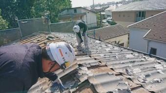 所沢市北中 セキスイかわらU屋根 葺き替え工事 劣化した屋根材剥がし作業