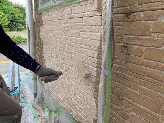 入間市 外壁塗装作業 上塗り (2)