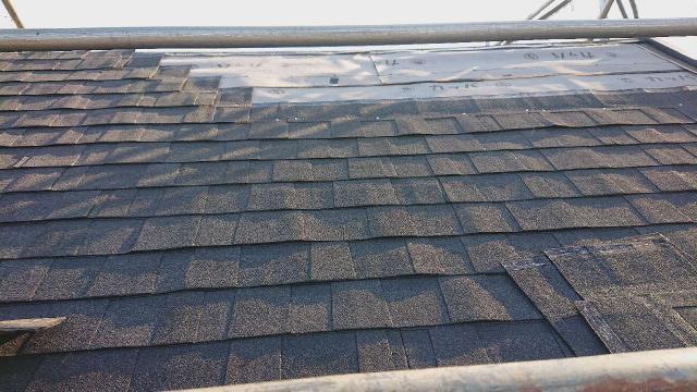 飯能市で彩色石が加工された意匠性の高い屋根材でカバー工事