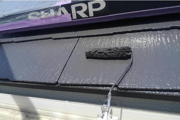 太陽光パネルに塗料が付着しないよう屋根塗装