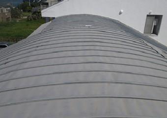 海に面した建物の屋根